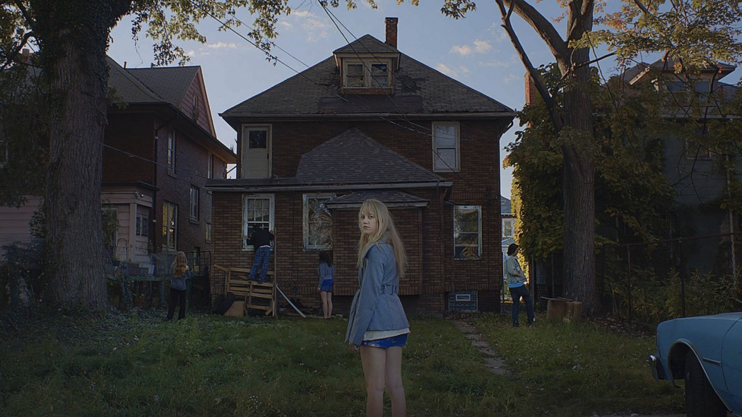It-Follows-5-Maika-Monroe-1050x591